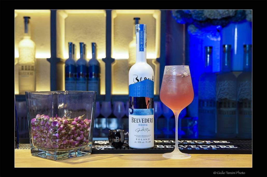 Servizio per belvedere vodka allestimento bottiglia e cocktail